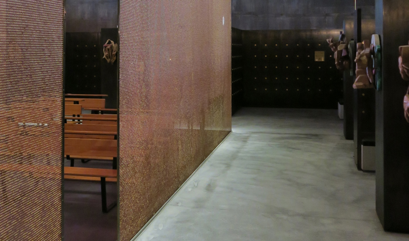 A fabric made of bronze, which is normally used for protective clothing, separates the functional areas in the Columbarium. Photo: Uta Winterhager