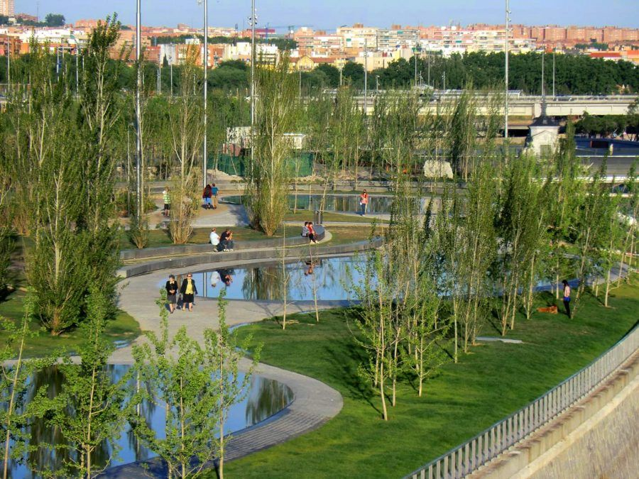 A new green public space in Madrid Río, by the river