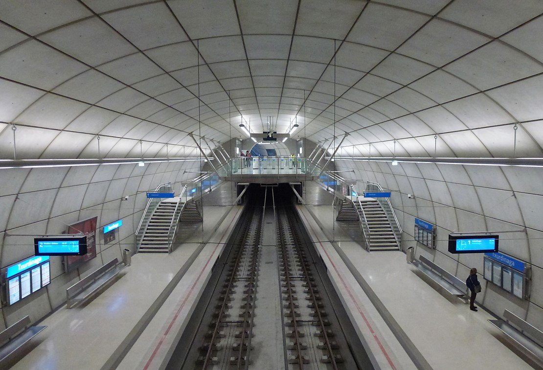 The hanging platforms over the rails helped to reduce the built elements on the stations of Foster's Metro Bilbao
