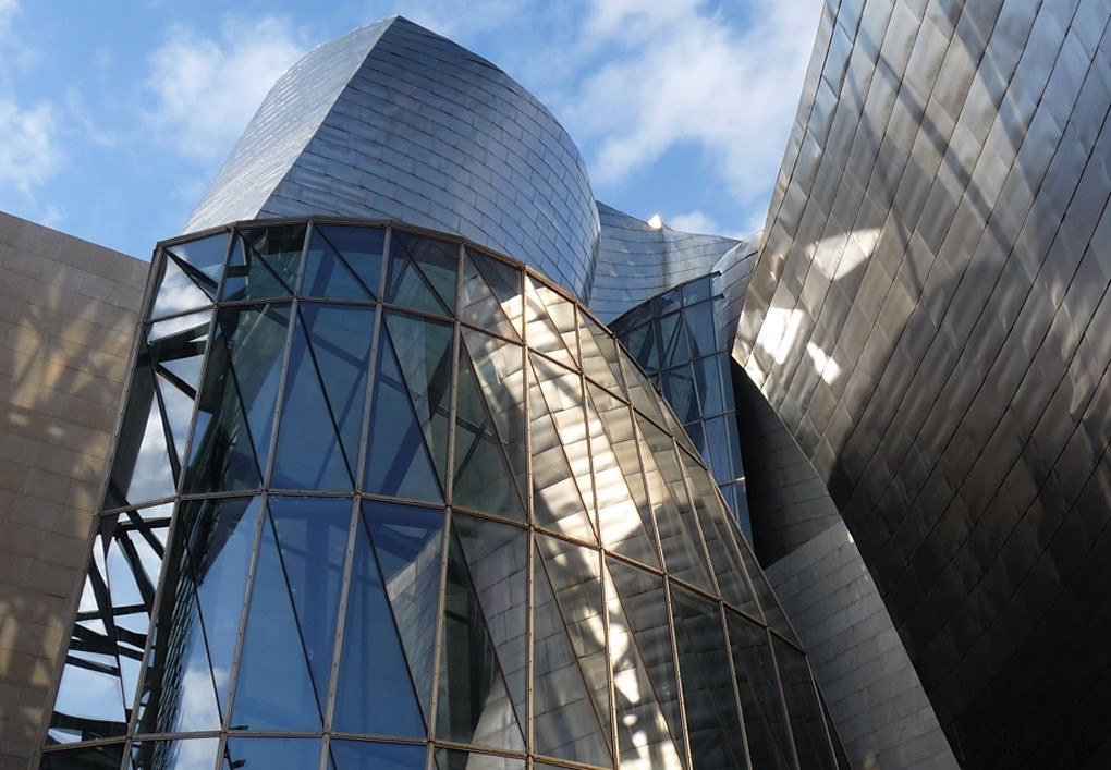 The curves and metal reflections that differentiate Frank Gehry's architecture made Bilbao's Guggenheim easily stand out among the Spanish buildings of the 90's.