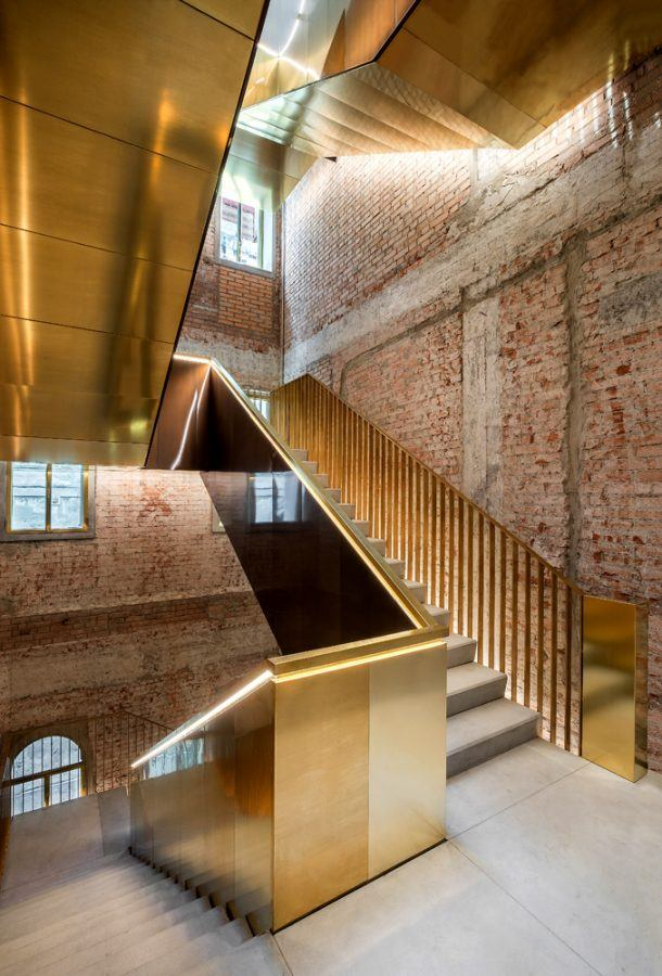 Fondaco dei Tedeschi, luxury shopping mall in Venice: New staircases inside Fondaco dei Tedeschi building.