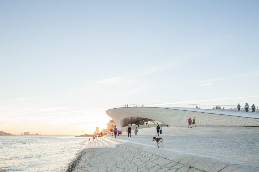 MAAT's roof was designed to work as an outdoor rest and leisure area, connecting directly to the ground through soft slopes.