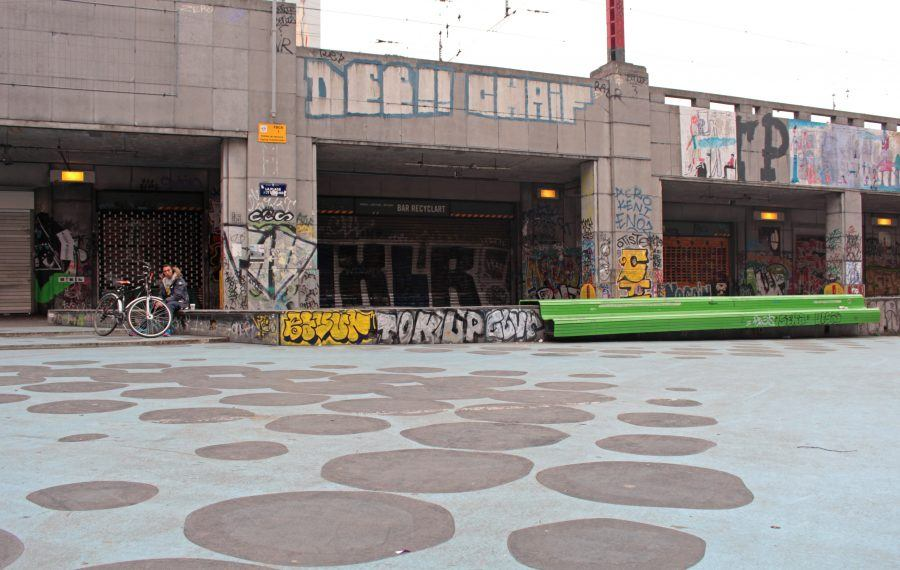 The square in front of Recyclart, wit its peculiar floor pattern. Copyright: Archipentage.