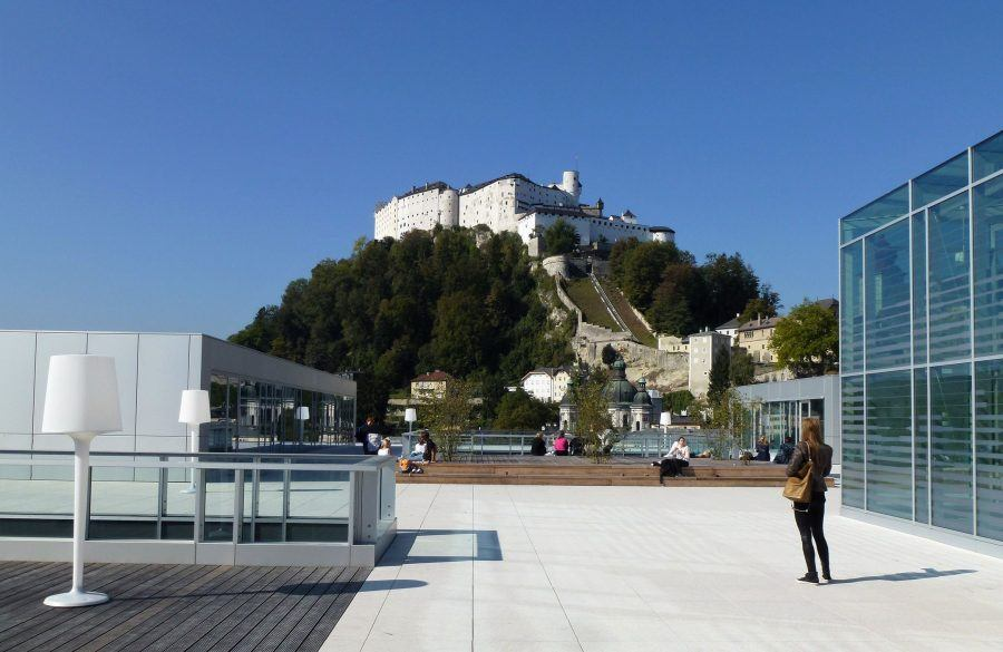 The roof terrace of the Unipark Nonntal provides an open urban space with a breathtaking view of the fortress and the Alps – unfortunately, without roof greening.