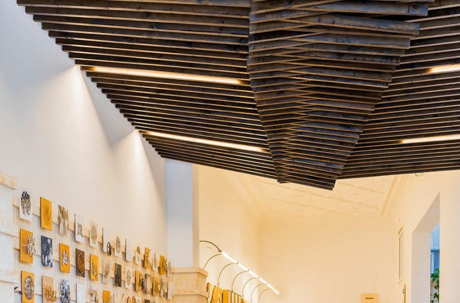 The architecture of Inkut conveys continuity with the preceding atelier Lasercut Lab and is dominated by a warm timber feel under a sensual ceiling. Copyright: Thomas Van Den Driessche.