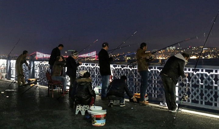 Galata Bridge in the evening, with local fishermen. Copyright: Cengiz Tokgöz.