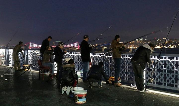 Galata Bridge in the evening, with local fishermen. Copyright: Cengiz Tokgöz.