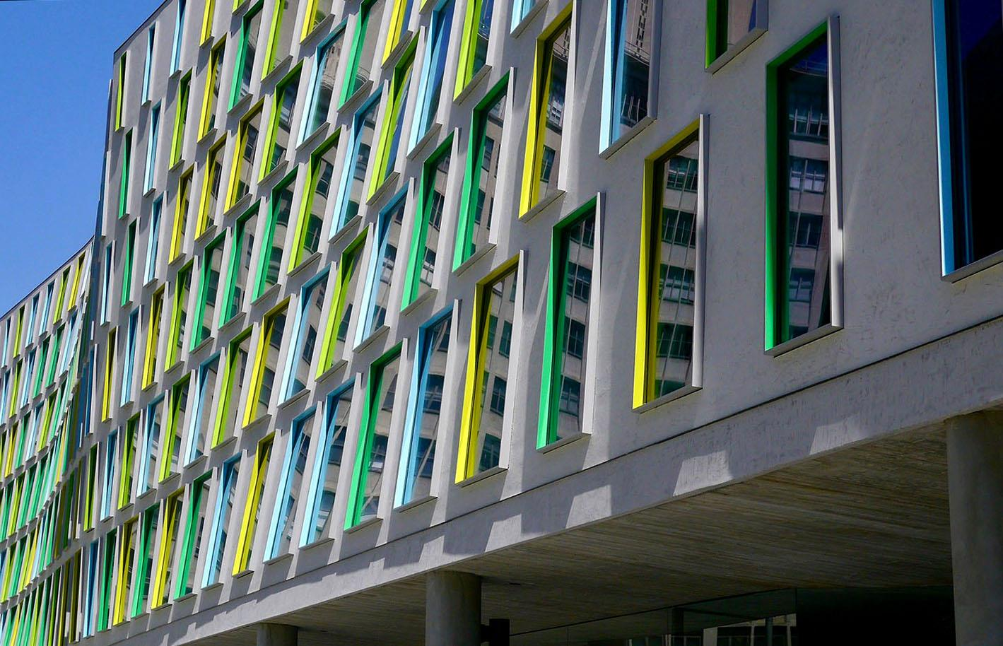 """UTS Thomas Street by Durbach Block Jaggers. The color scheme on the southern façade which houses the faculty offices was inspired by Klimt's paintings """"Winter"""" and """"Summer"""". Copyright: Eoghan Lewis."""
