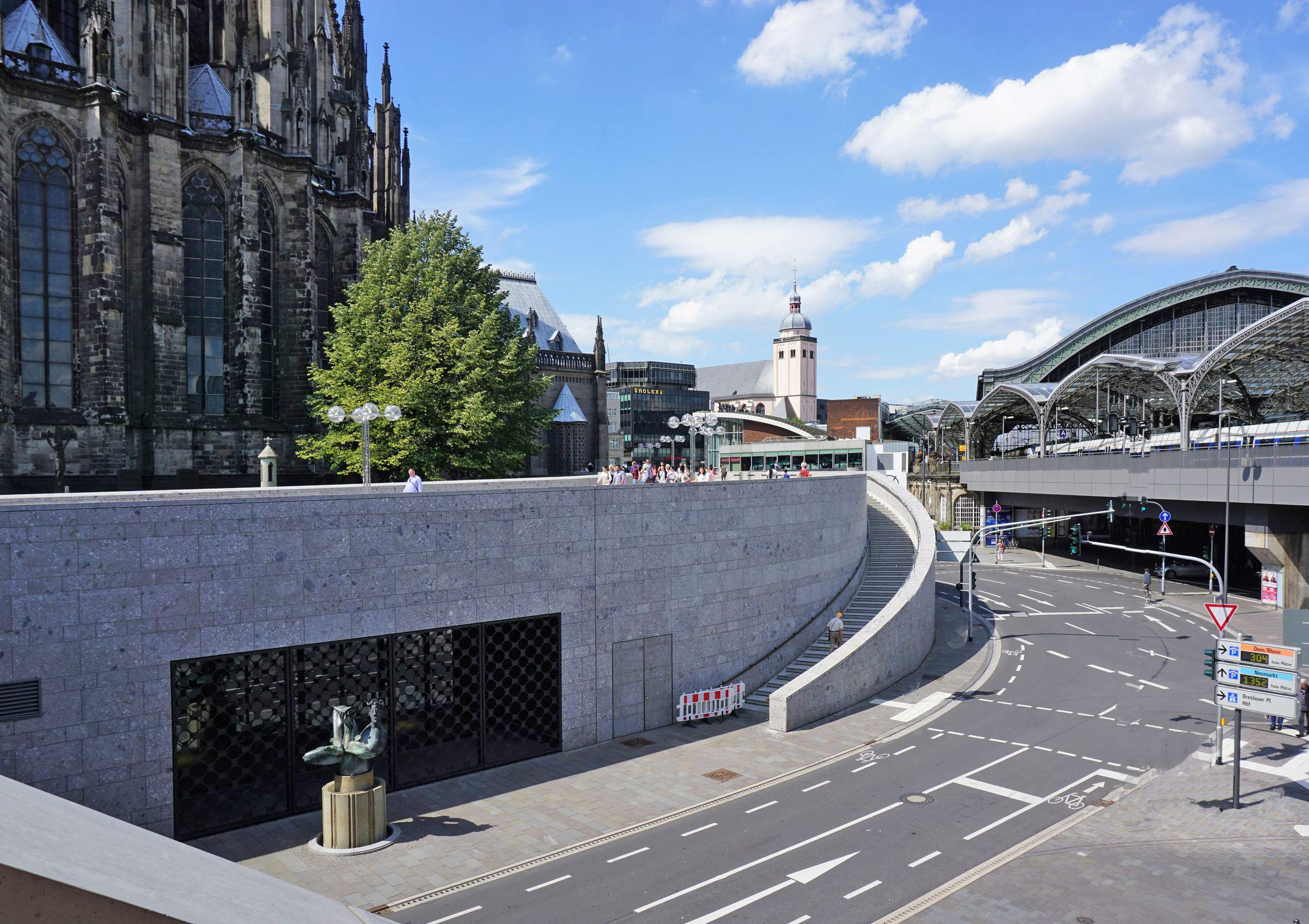 Allmann Sattler Wappner won the competition for the redesign of this central zone around the Cologne cathedral in 2002, but it took a while to be finished. Copyright: Marlene Zeltwanger.