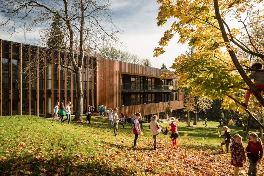 More and more new school buildings are in wood or in mixed materials including timber, as it happens with Mariagrün Primary School, by architects Berktold & Kalb. Copyright: K. Hörbst.