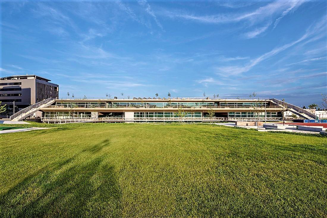 "Aspern Federal School (""Bundesschule Aspern"" in its native designation) by fasch&fuchs.architekten, as seen from Hannah-Arendt-Park. Copyright: Hertha Hurnaus."