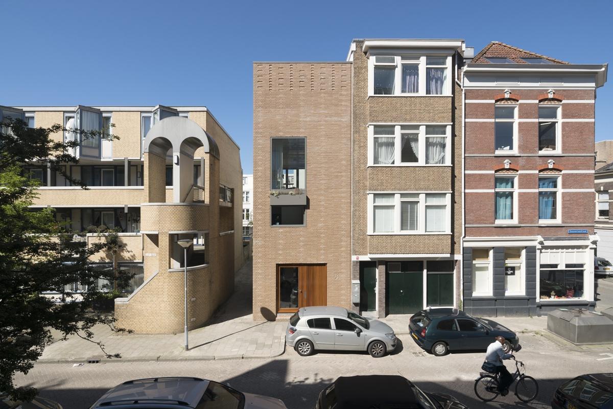 House in Gouvernestraat, Rotterdam, by Architectuur MAKEN (2016). Copyright: Ossip van Duivenbode.