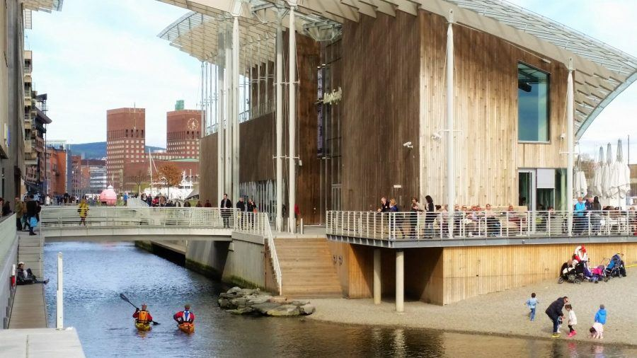 Urban transformation in Oslo: The Astrup Fearnly Museum, by Renzo Piano Building Workshop, with the City Hall in the back. Copyright: Henning Nielsen.