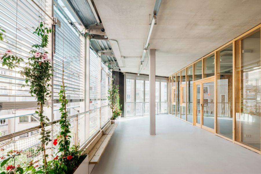 Vil·la Urània by SUMO Arquitectes + Yolanda Olmo – The intermediate gallery zone has been designed to create maximum opportunities for recreation and interaction. Copyright: Aitor Estévez Olaizola.