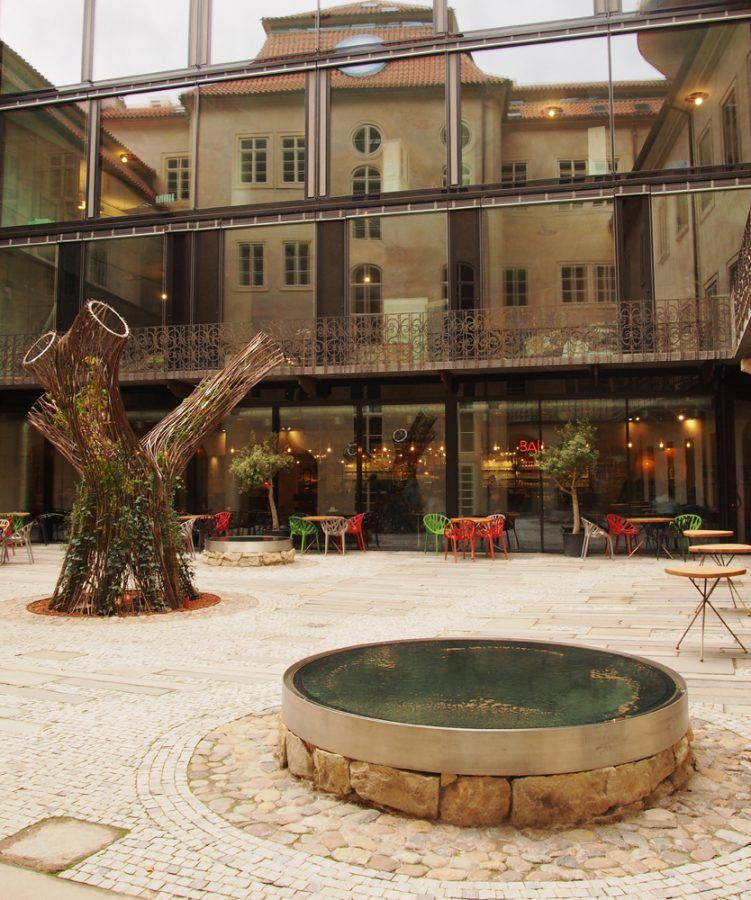 Reflexions of historic architecture in the patio - Guiding Architects
