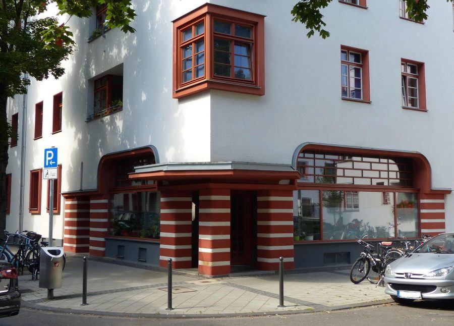 Street view of a building in Cologne inspired by Bauhaus ideas - Guiding Architects